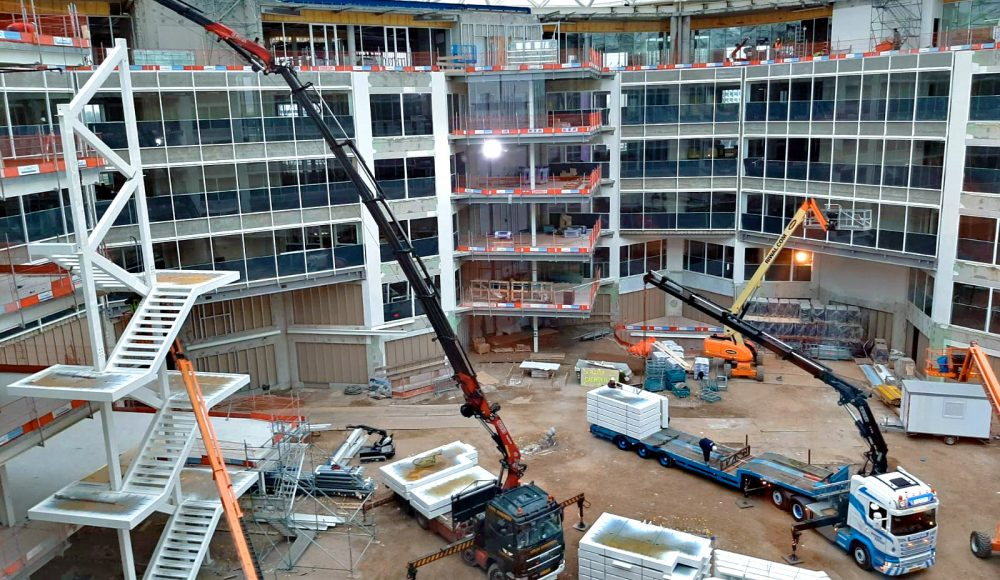 A-Fassi-F660RA-he-dynamic-and-a-F710RA-xhe-dynamic-crane-in-action-into-a-construction-site-at-Amsterdam-2