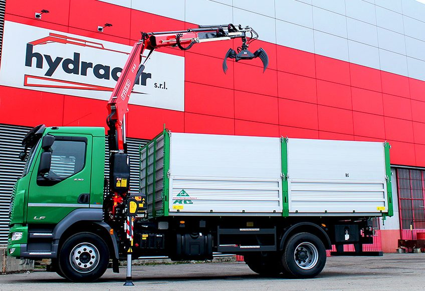 A-Fassi-F65B-crane-fitted-with-a-toothed-grapple-to-play-chess-1-LR